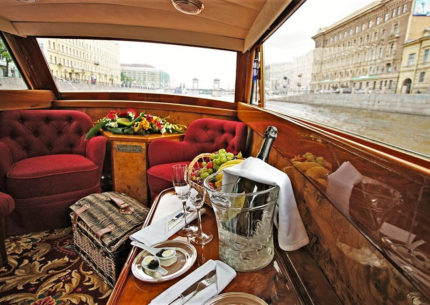 Luxury canal and river cruise in st petersburg with champagne and fruit